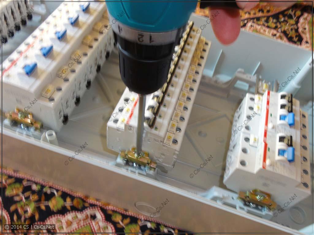 Используем шуруповёрт и длинную биту для закручивания ограничителя