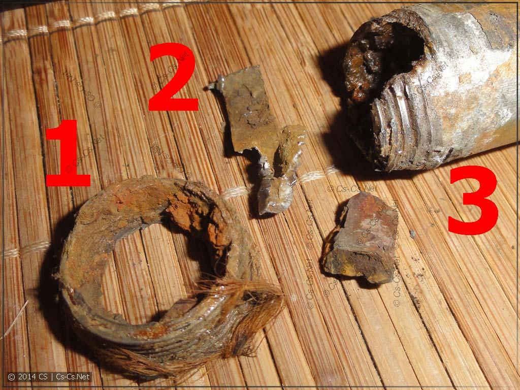 Хлам после демонтажа отвода: остаток резьбы и старый отвод