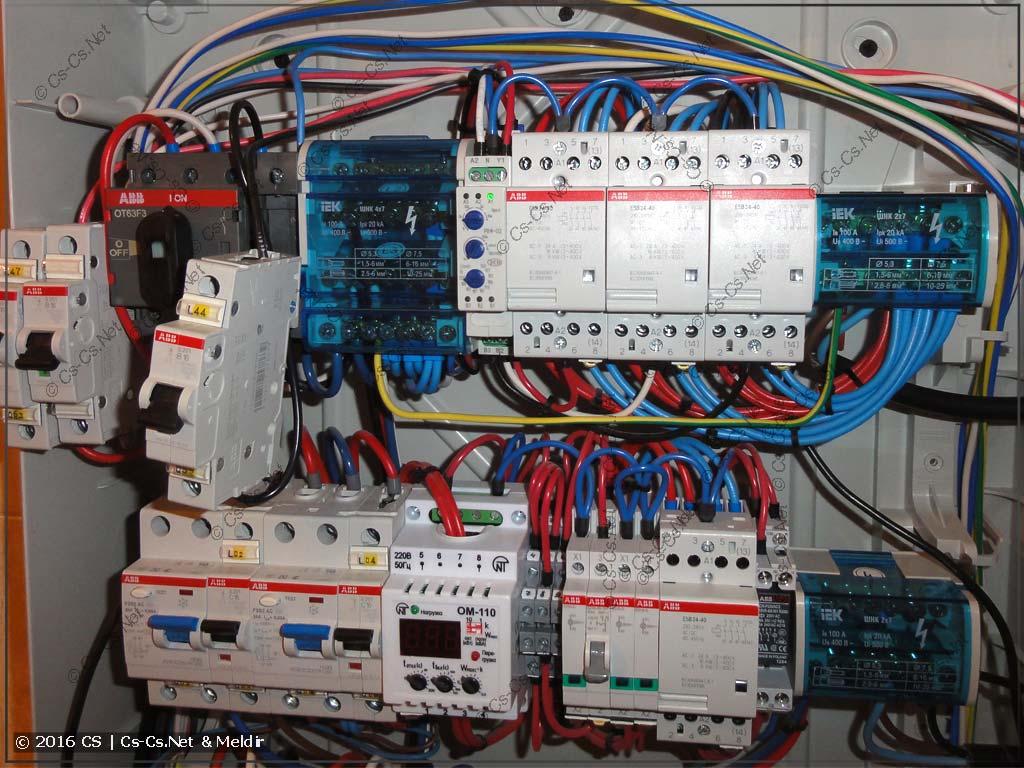 Щит автоматики котельной, в котором все провода жёстко стянуты между собой