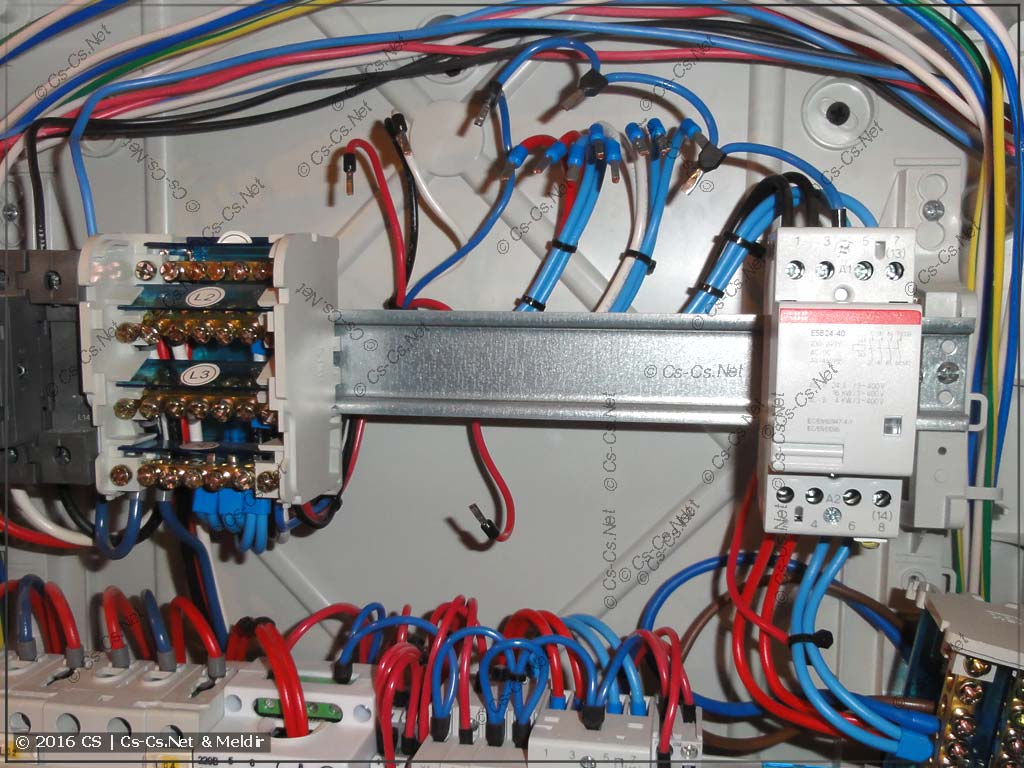 В щите демонтирована часть автоматики - а провода не достать!