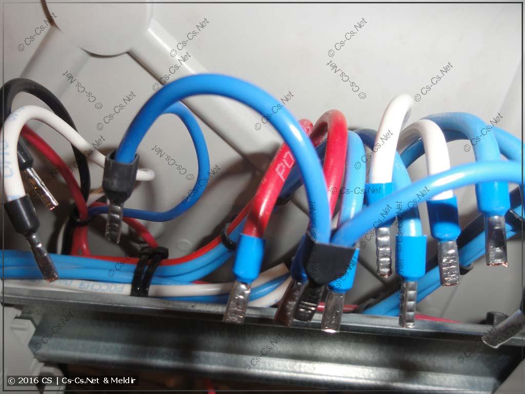 Все провода жёстко стянуты между собой и приклеены за рейкой