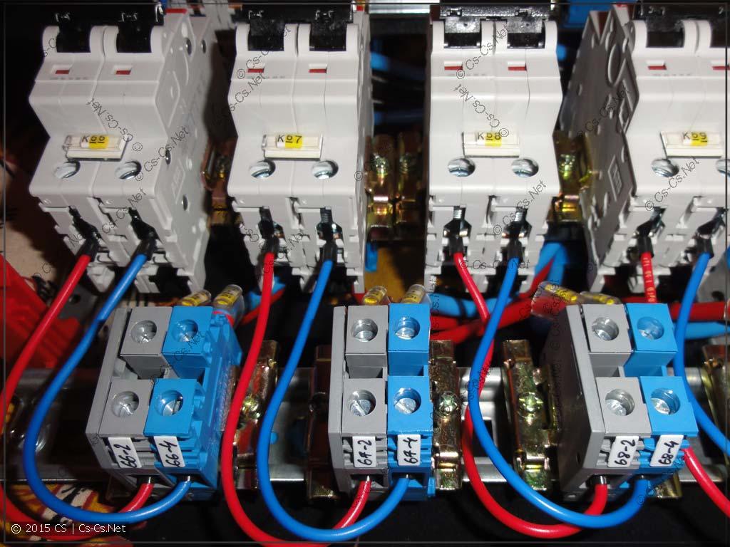 Вводные автоматы по квартирам и клеммы для подключения выходов со счётчиков