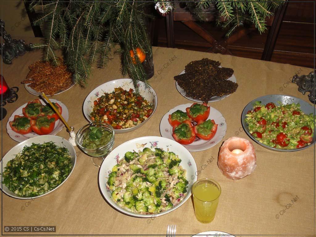 Сыроедный стол: Одни салатики ;)