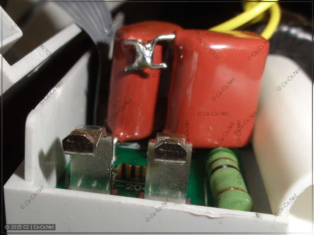 Клеммы и гасящий конденсатор вольт-амперметра Меандр ВАР-М01