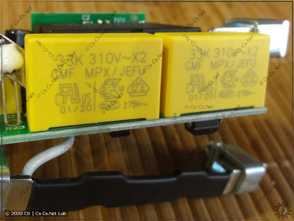 Блок питания реле на гасящих конденсаторах типа X2 (это хорошо). Виден контакт нулевого проводника