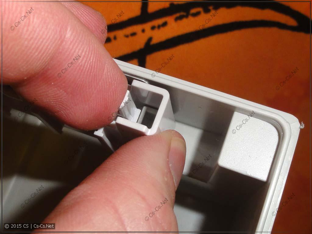 Пример отщёлкивания держателей от корпуса щита
