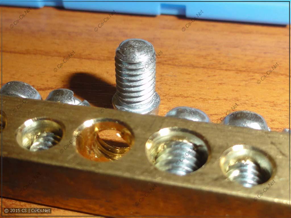 Винт, которым прижимается провод в шинке
