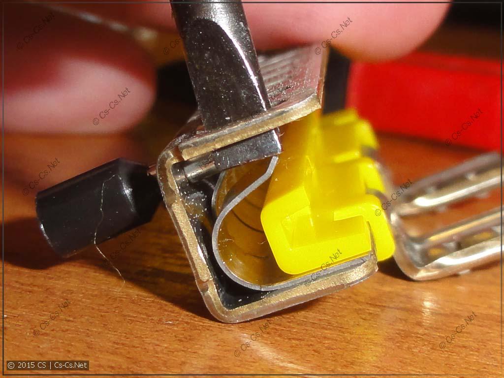 Демонтаж провода из шинки (отжатие пружины)
