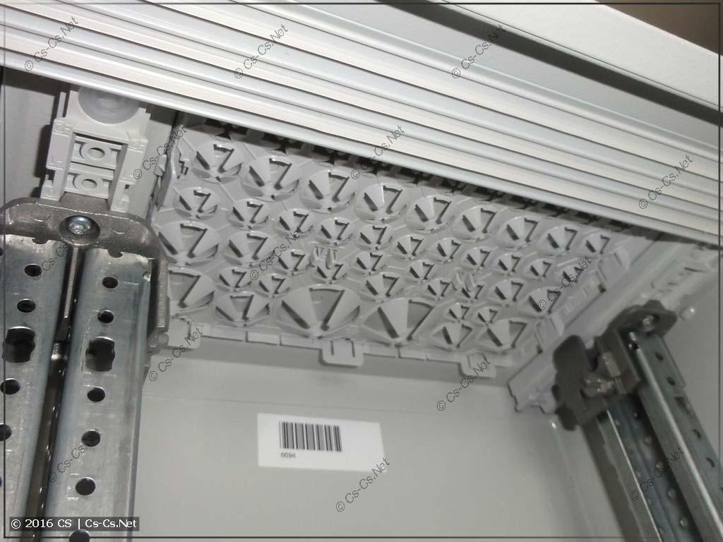 Фланец ввода кабелей TZ101 установлен в шкаф (вид снизу)