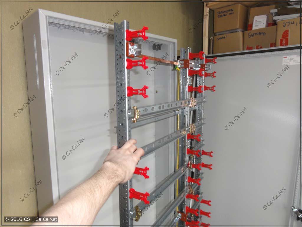Шкаф позволяет в любой момент вытащить раму со всей начинкой