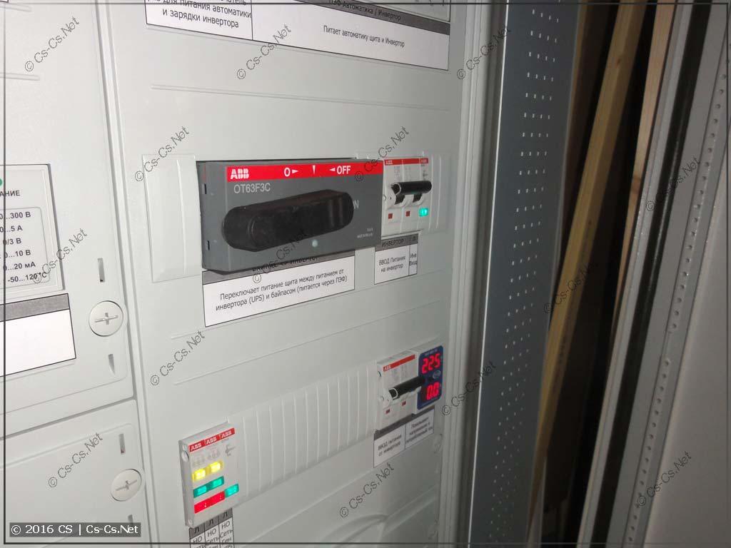 Прозрачная дверь закрывает часть боковых модулей шкафа