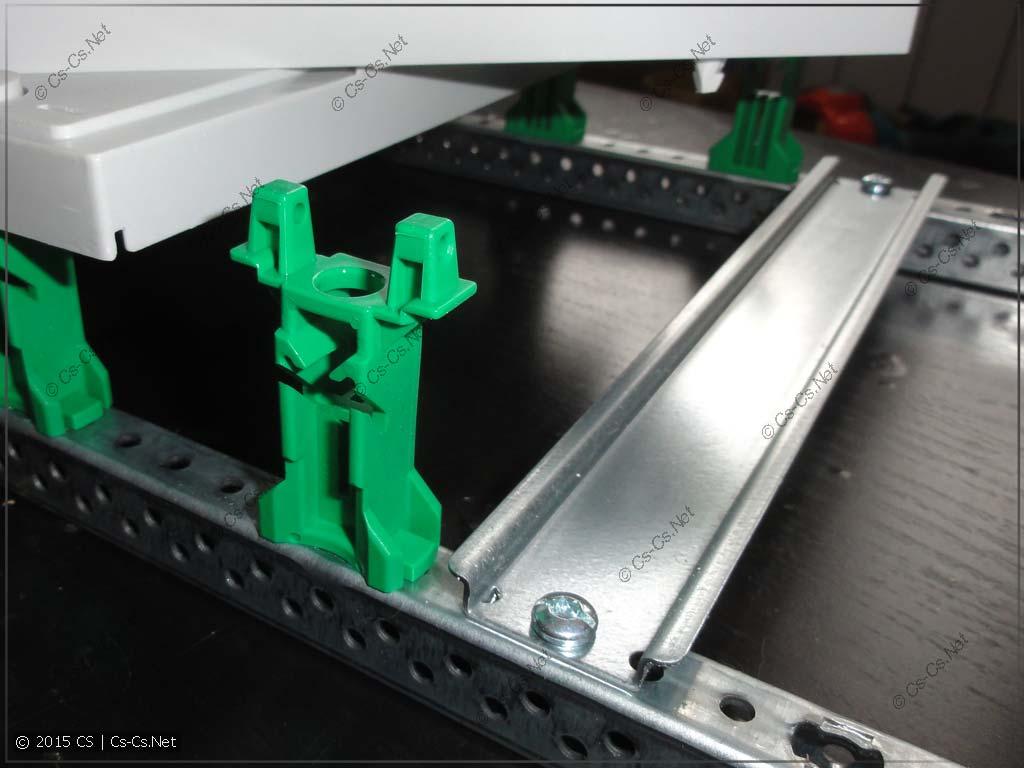 Зелёная стойка на EDF-профиле и DIN-рейка 7,5 мм