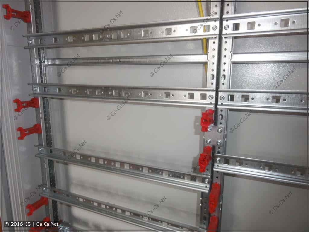 Пример монтажа DIN-реек на красных стойках и WR-раме
