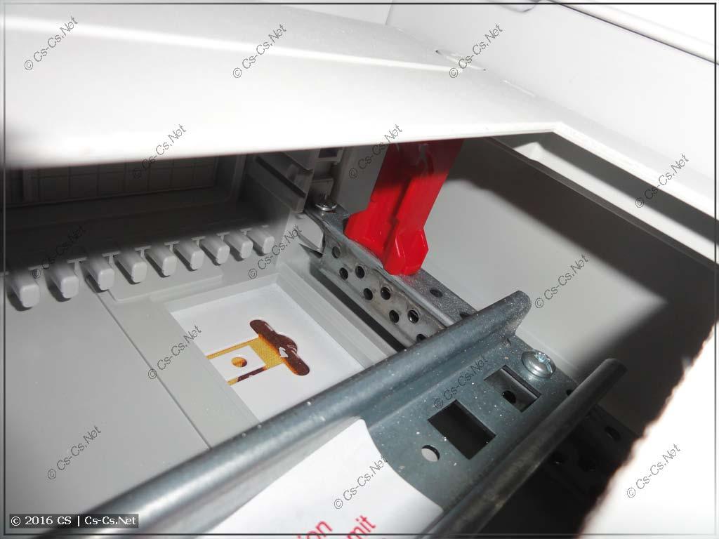Пример установки в щит серии AT/U панели на высоких стойках