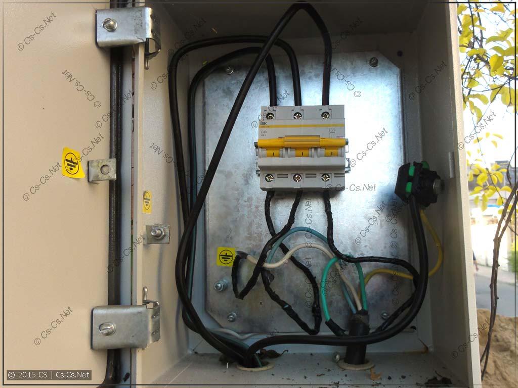 Вводной автомат в щитке на столбе