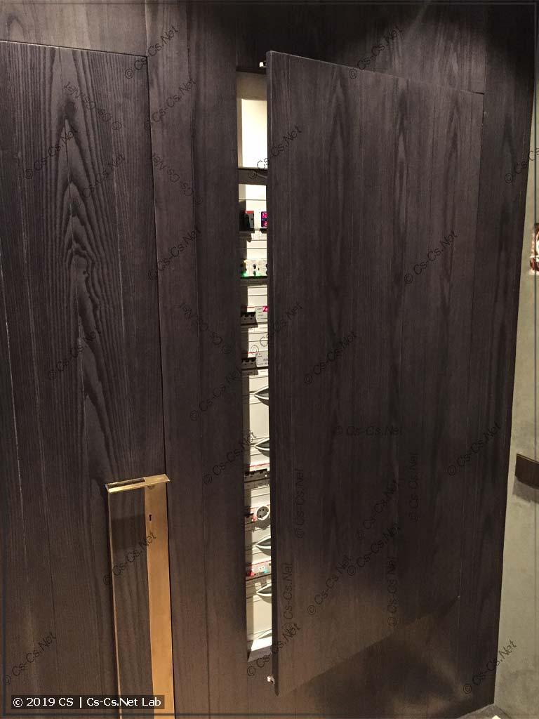 Монтаж WR-рамы щита в нише за деревянными панелями