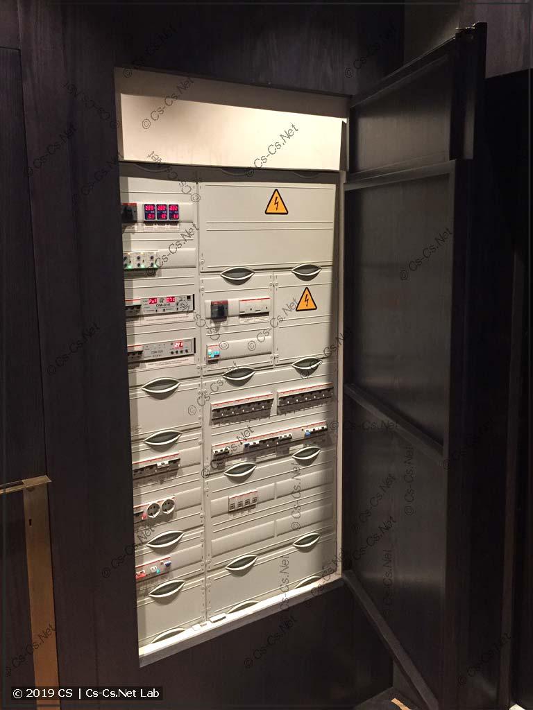 Монтаж WR-рамы щита в нише за деревянными панелями (дверка приоткрыта)