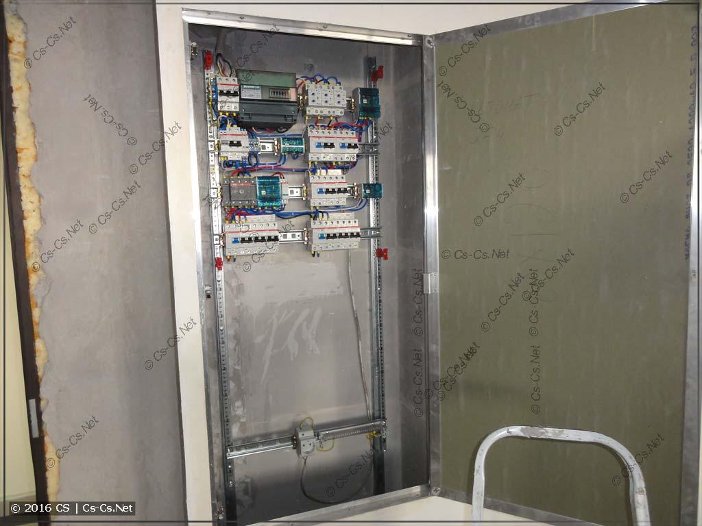Щит для офиса, смонтированный на EDF-профиле в нише