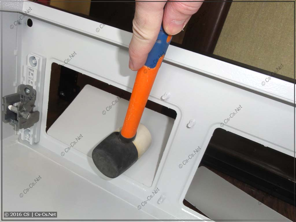 Выбиваем отверстия снизу шкафа