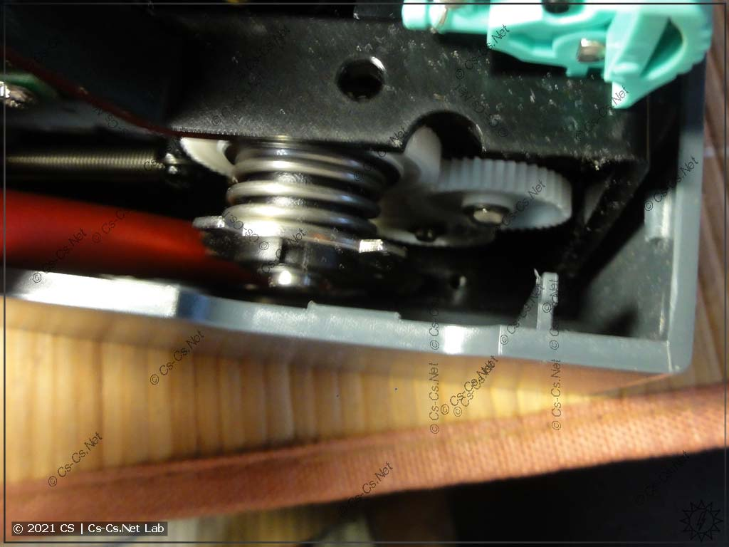 Доступ к винтам крепления механизма печати (глубоко внутри)