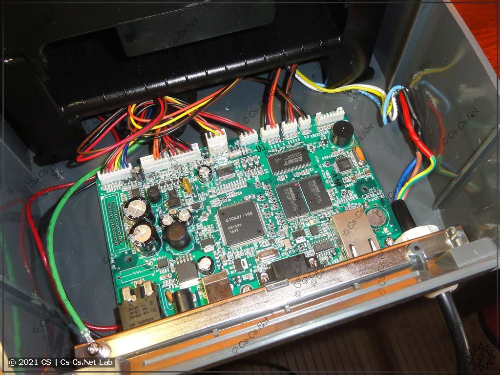 Плата и печатающий механизм установлены в корпусе принтера, всё готово к работе