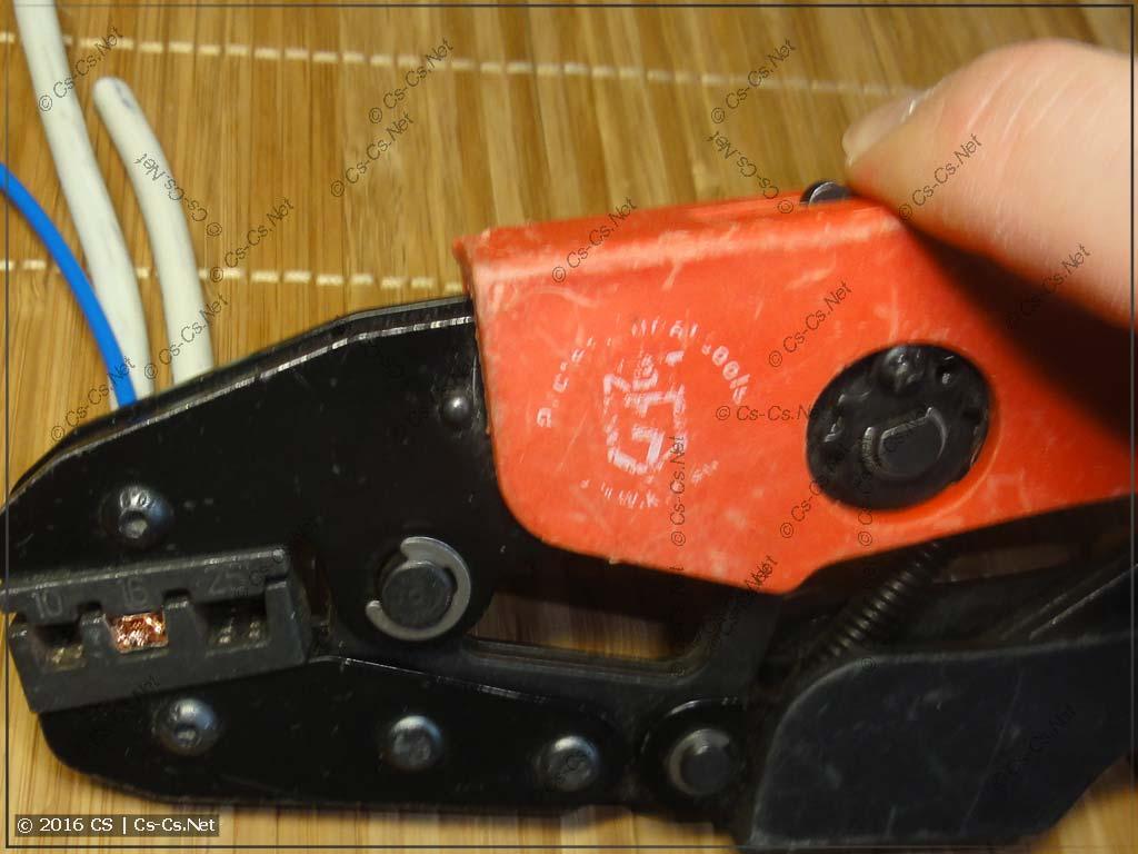 Запрессовка наконечника НШВИ(2) 10 и мелкого провода при помощи КВТ СТК-03