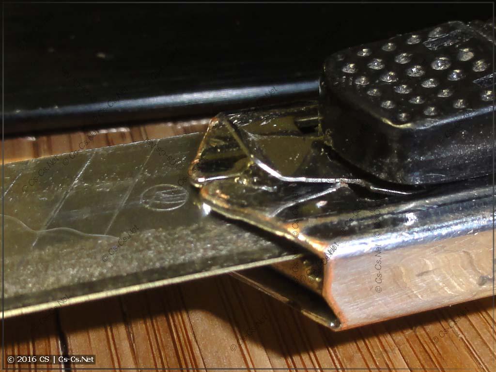 Выталкивание лезвия ножа для его замены
