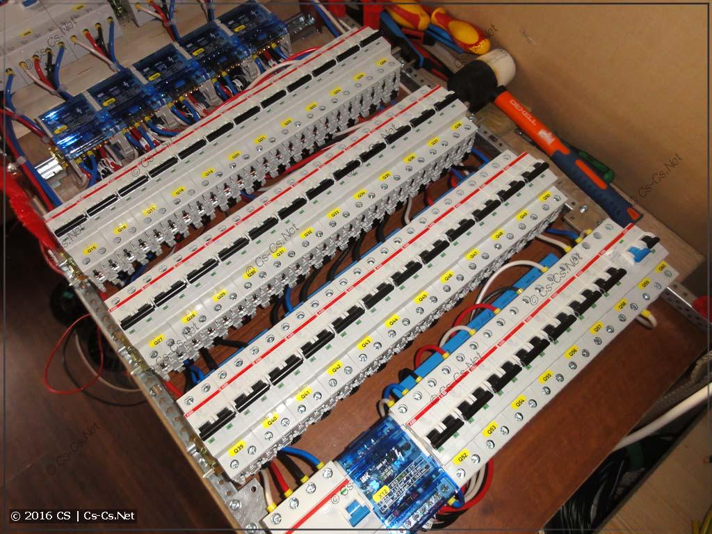 Бюджетная схема трёхфазного щита: двухполюсные автоматы отходящих линий