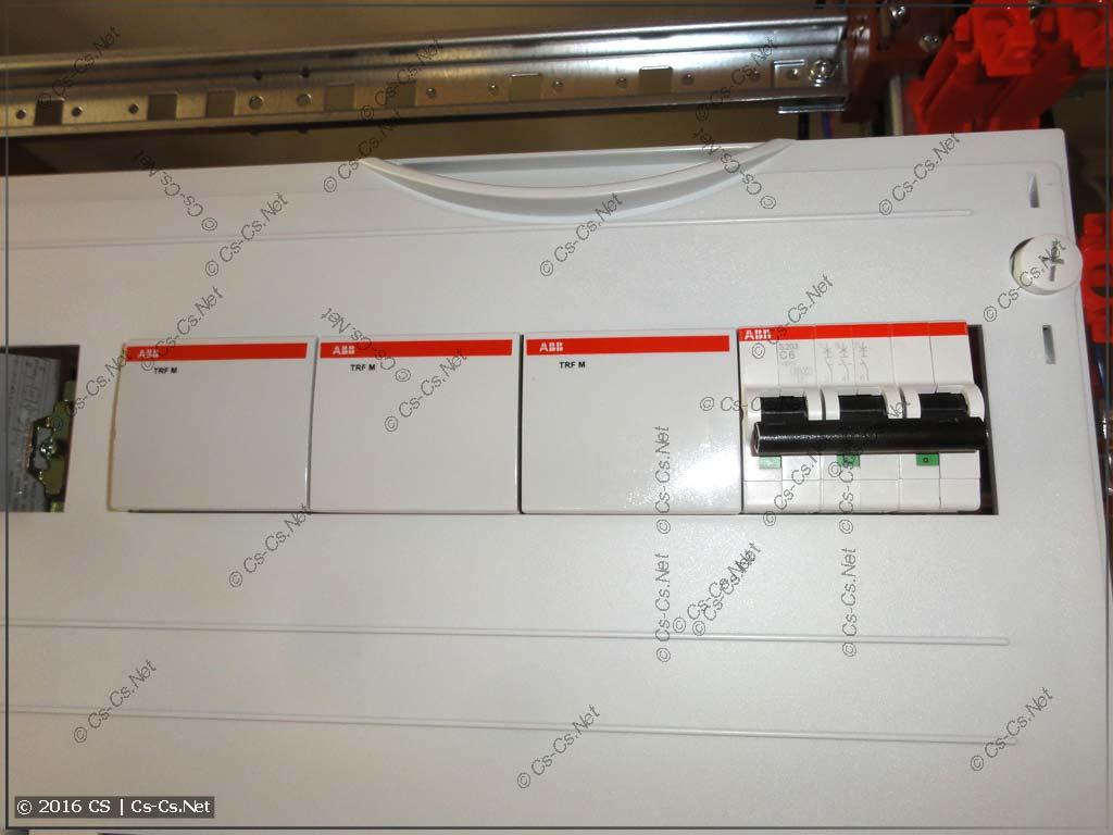 Пример установки трёхмодульных реле напряжения в щите