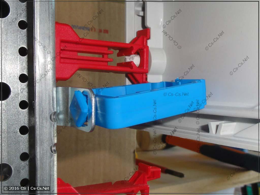 Держатель проводов ED45P10 в адаптере ED57P10 на стыке пластронов