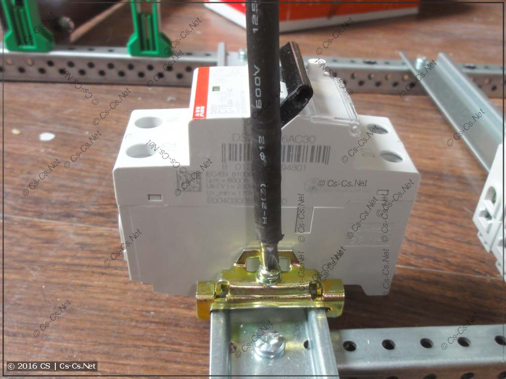 Ораничитель (фиксатор) YXD10: затягивание шуруповёртом
