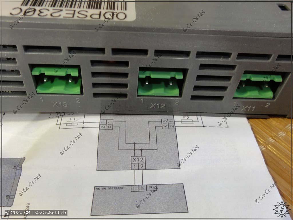 Схема подключения блока ODPSE230C из его инструкции (крайние разъёмы - вводы, средний - выход)