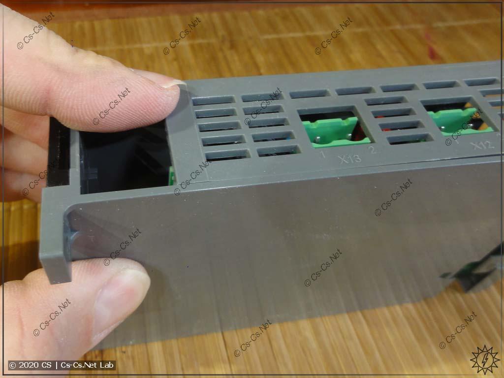 Открываем блок ODPSE230C, чтобы заглянуть внутрь: вытягиваем всю начинку на себя