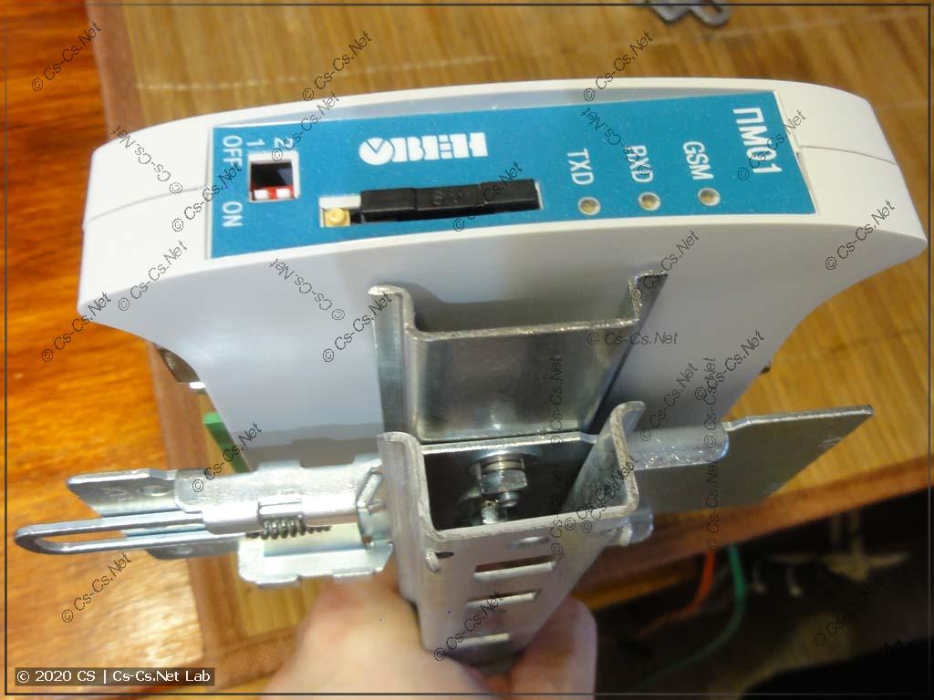 Кронштейн для модема ОВЕН ПМ-01 крепится на DIN-рейку штатно, с возможностью легко снять его в рейки