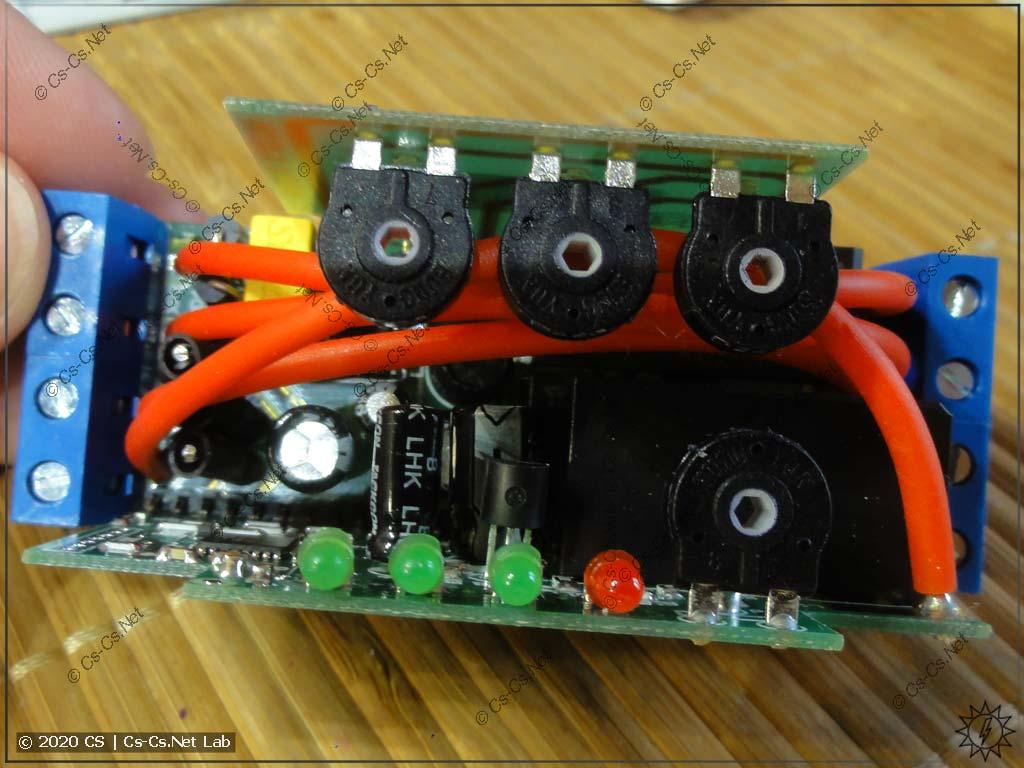 Верхняя часть платы ПЭФ-320. Питание от верхних вводных клемм передаётся на нижние выходные при помощи проводов