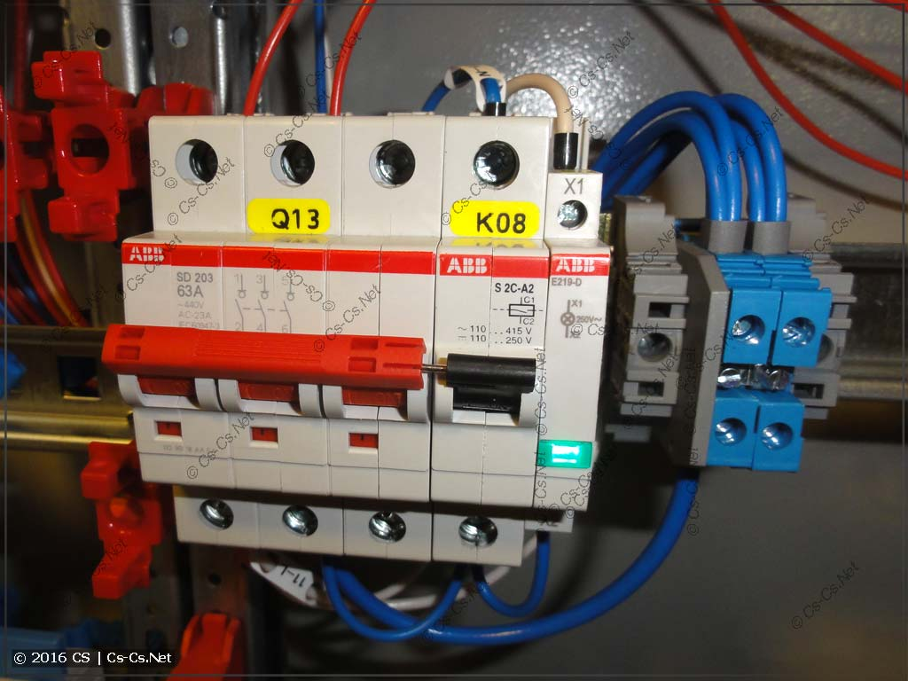 Рубильник SD200 и расцепитель для отключения вентиляции в офисе