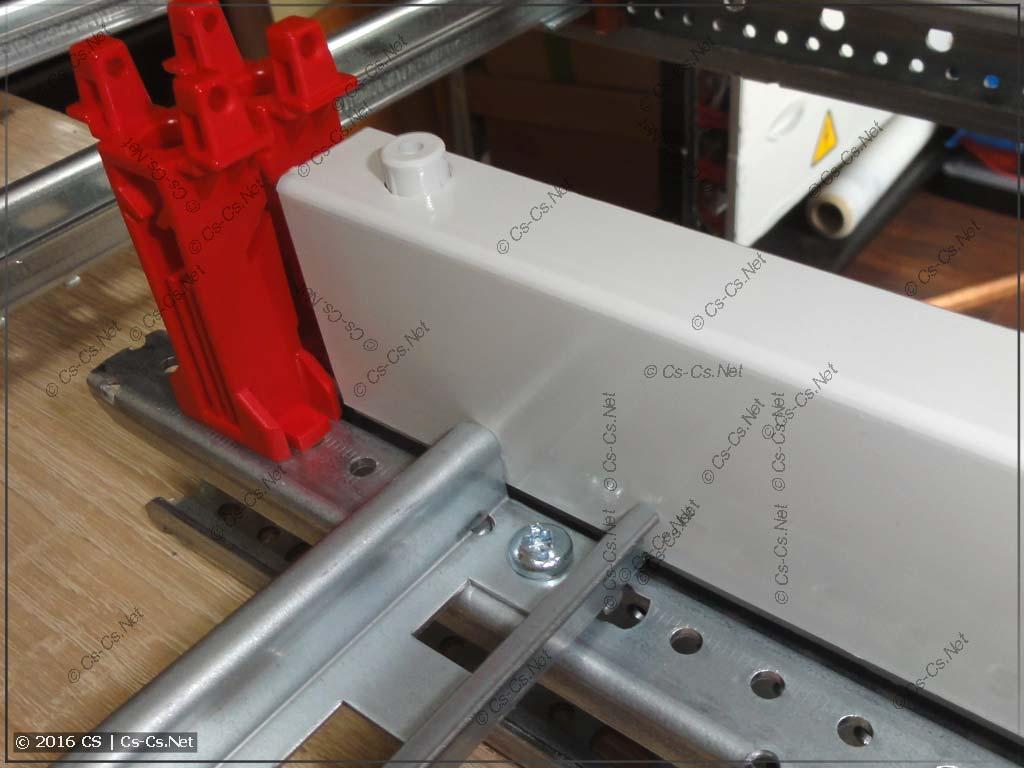 Крышки шинного изолятора ZB5 не мешают соседним DIN-рейкам