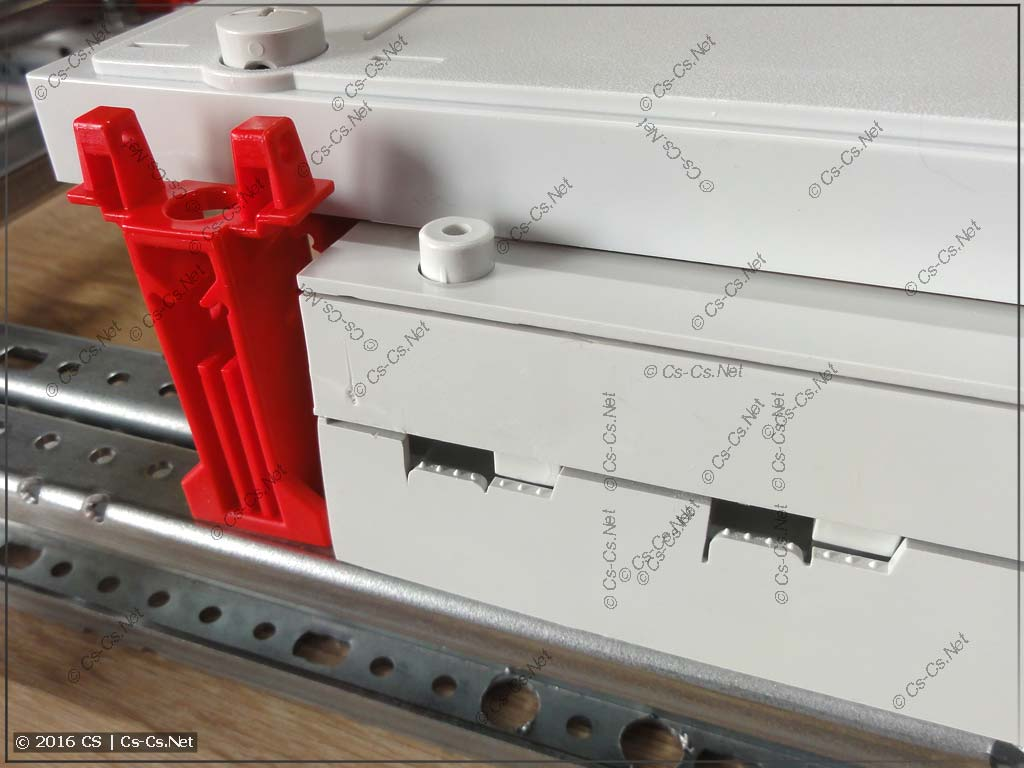 Шинный изолятор ZB5 на WR-профиле отлично закрывается пластроном