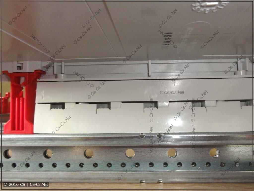 Шинный изолятор ZB5 на WR-профиле отлично закрывается пластроном (снизу)