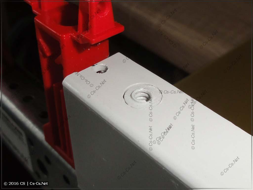 Спилено вертикальное крепление боковой крышки изолятора ZB5