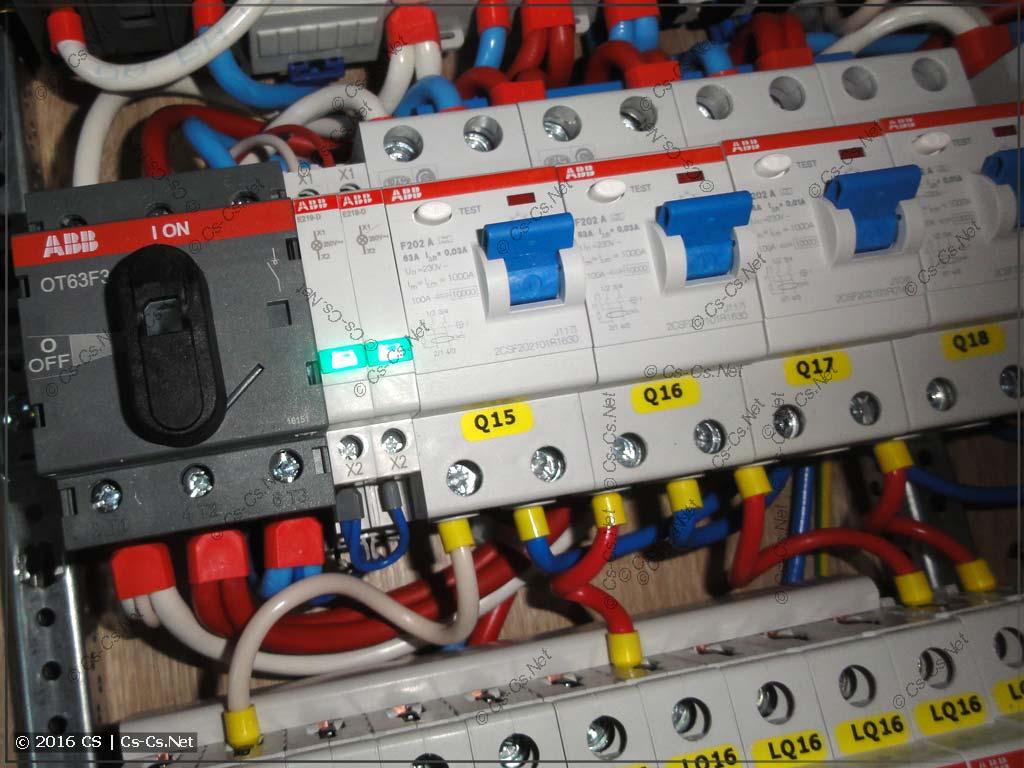 Рубильник OT63F3 используется для того, чтобы отключать оба питания сразу