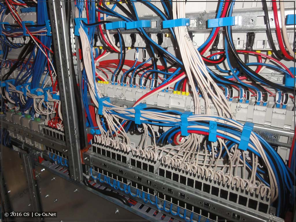 Задняя часть щита с уложенными проводами