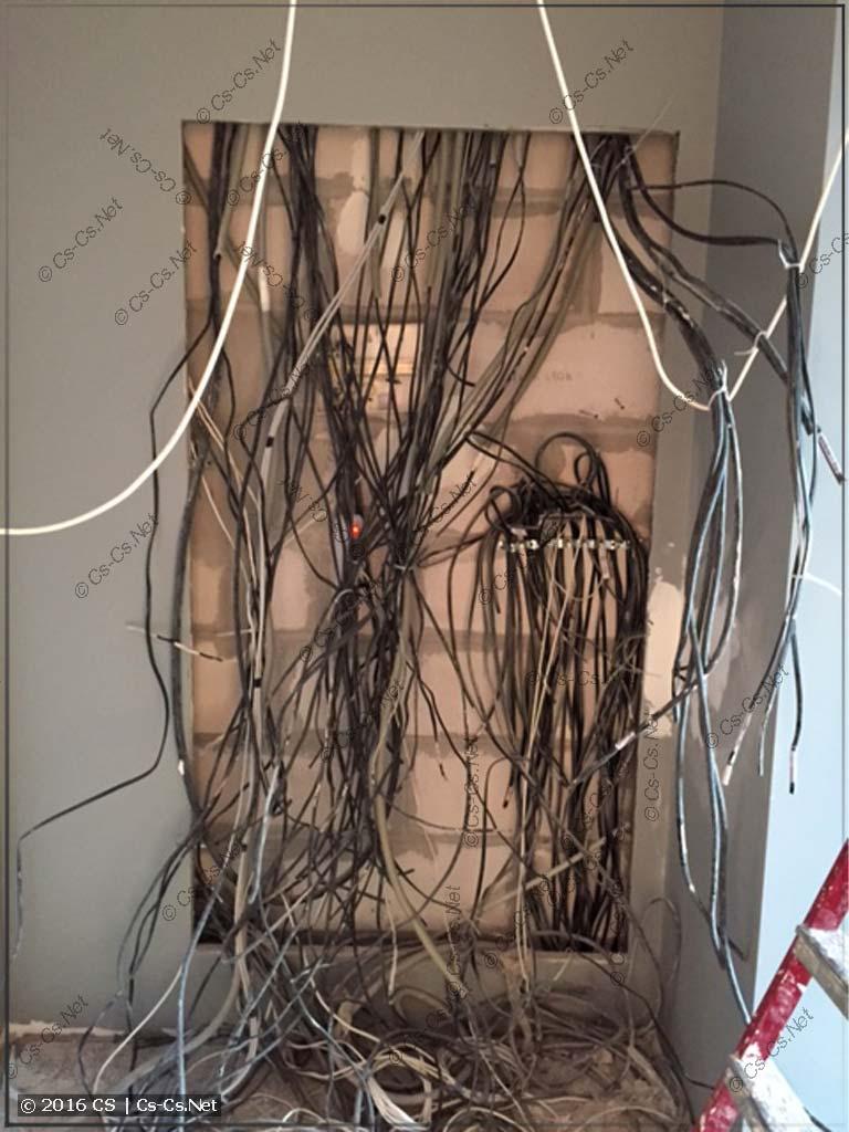 За время сборки щита стена была отделана и все кабели разложены