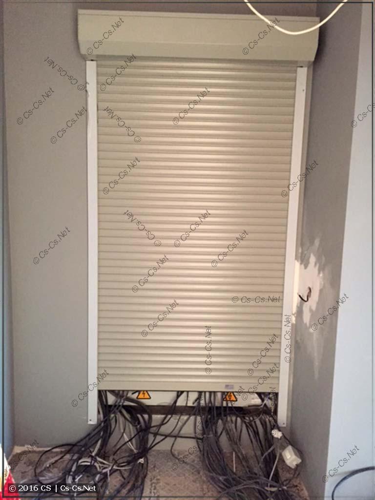 В качестве двери для щита сделана рольставня с электроприводом