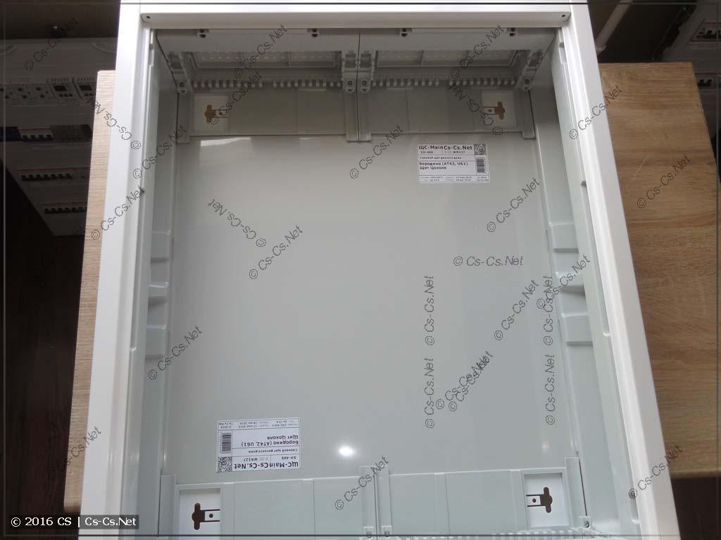 Корпус щита AT42 с наклейками копирайтов внутри