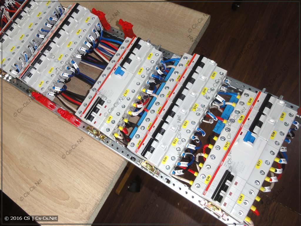 Маркировка проводов внутри щита для удобного обслуживания