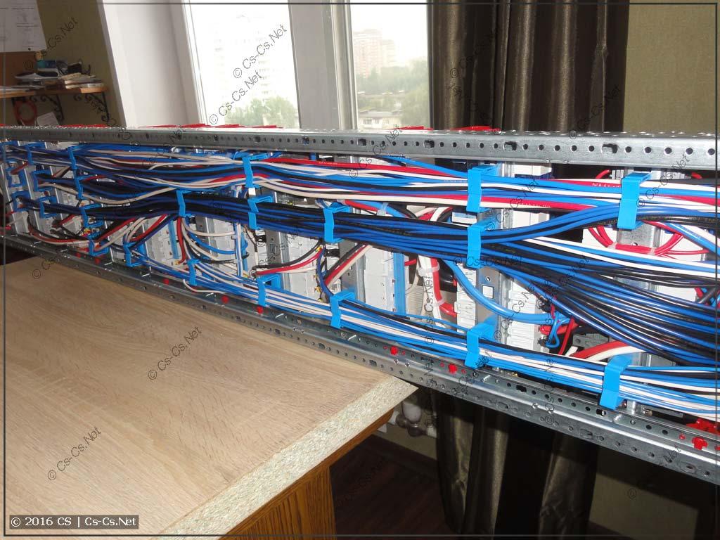 Задняя часть щита с аккуратно уложенными проводами при помощи ED44P10