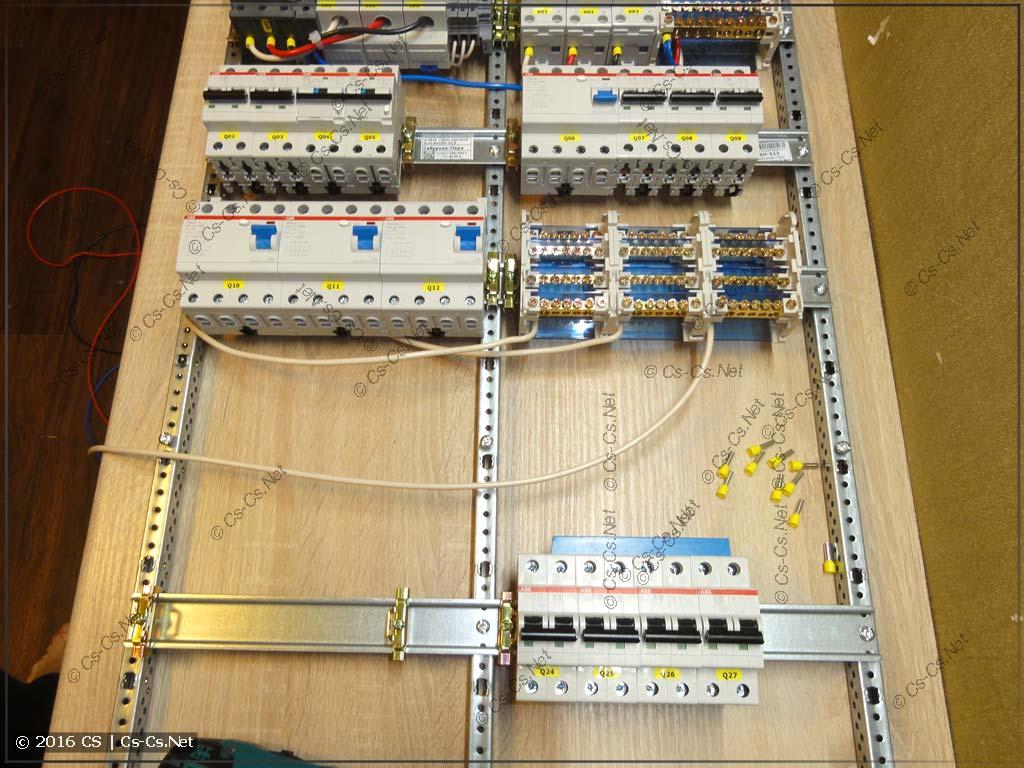 Процесс сборки щита: сняли рейку, чтобы удобно подключить кросс-модули