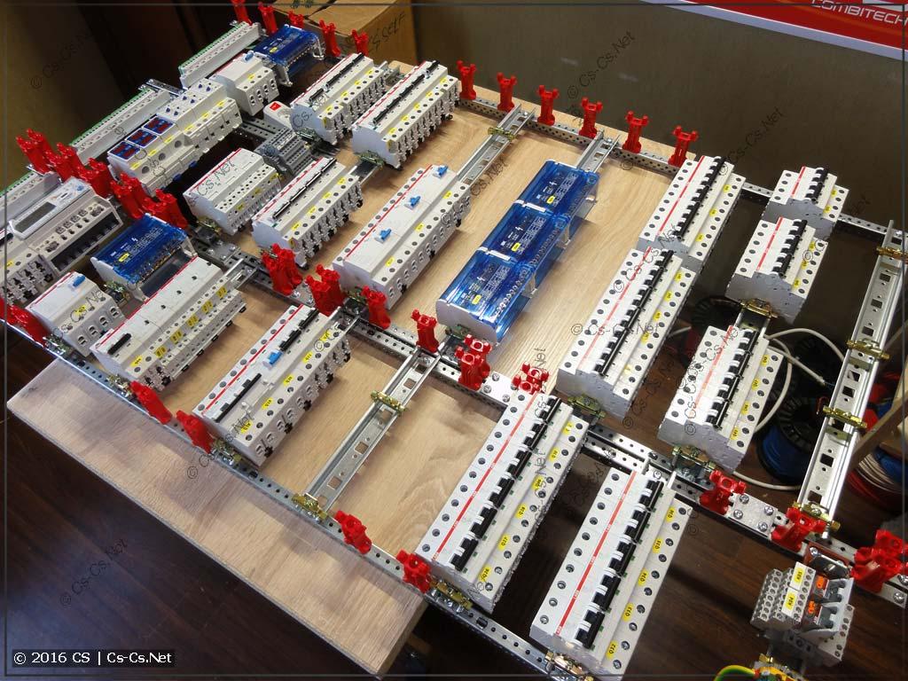 Все компоненты щита установлены на рейки и готовы к соединению