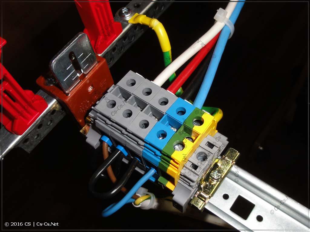 Клеммы для подключения вводного кабеля, который приходит снизу щита